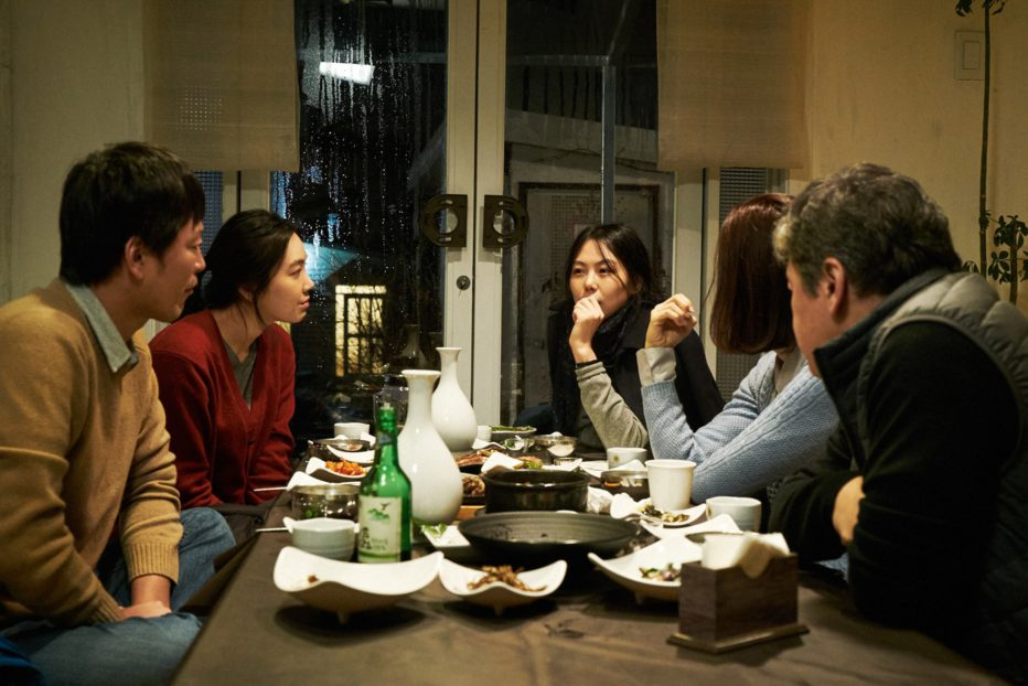 on-the-beach-at-night-alone-2017-hong-sangsoo-03.jpg