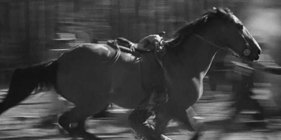 No existen treinta y seis maneras de mostrar cómo un hombre se sube a un caballo